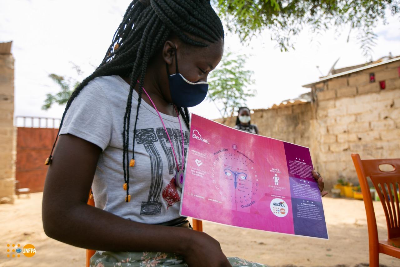 Teresa Estevão Bala, 18 anos, a explicar como monitorar o ciclo menstrual, durante uma iniciativa de gestão menstrual dirigida pelo UNFPA e BeGirl na província de Luanda, Angola.