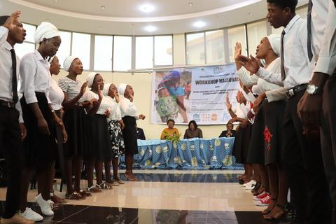 Jovens a cantar no evento do CICA.
