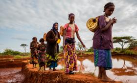O UNFPA em conjunto com o Banco Mundial e o Ministério da Saúde angolano (MINSA) começou a distribuição de 50 mil kits de dignidade e saúde sexual na Huíla, Cunene, Namibe e Cuando-Cubango, as províncias mais afectadas.@Gayo Village/Shutterstock