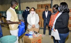Legenda:  Acto Oficial de Entrega Simbólica dos Kits de Dignidade a Sua Excelência, a Vice-Governadora para o Sector Político, Social e Económico do Namibe. @UNFFPAAngola